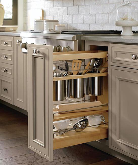 Ντουλάπι κουζίνας συρώμενο που ανοίγει προς τα έξω για επιπλέον αποθηκευτικό χώρο στην κουζίνα.